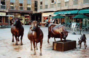 country-decorating-bronze-cow-statue